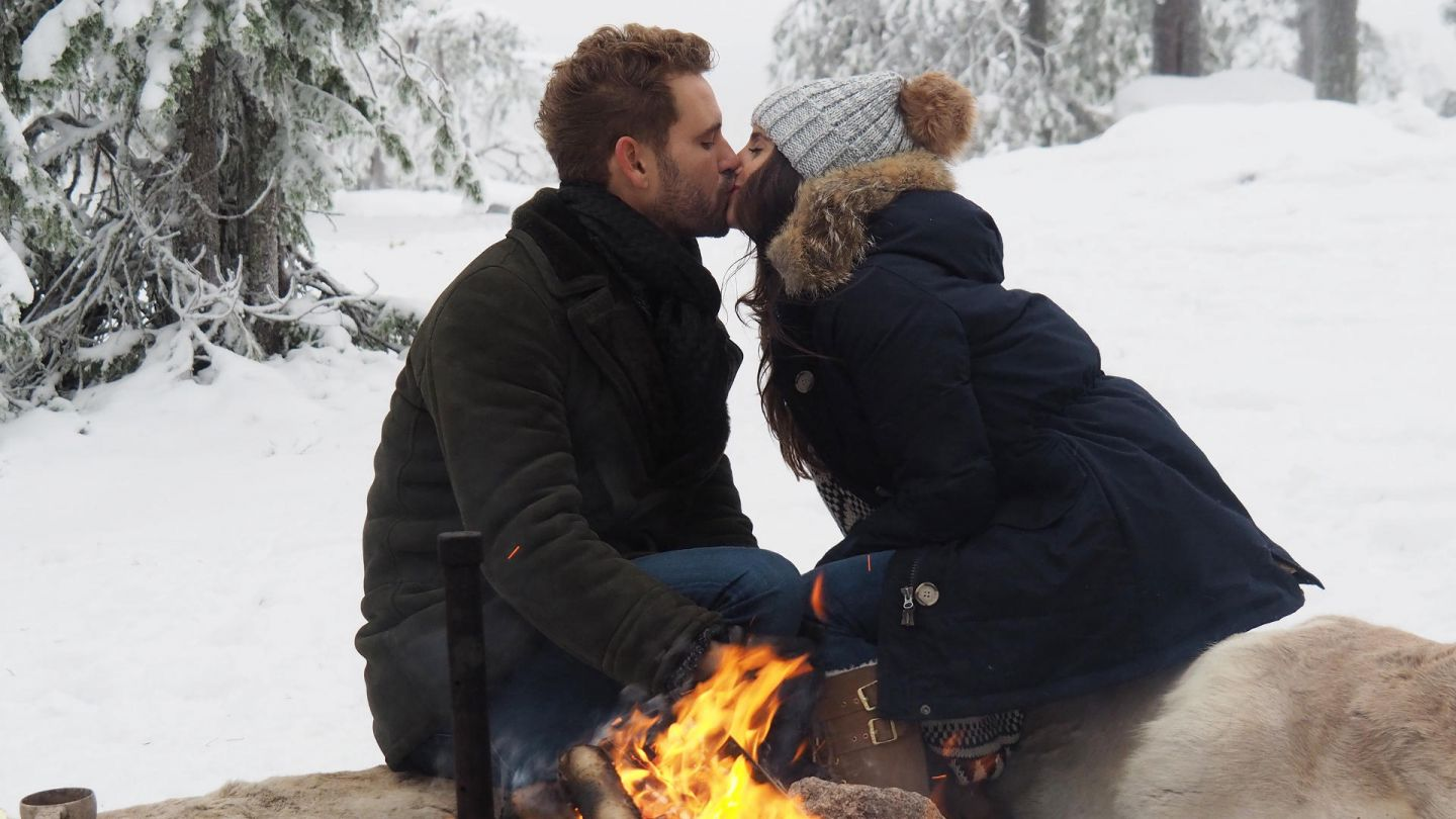 Kissing by a campfire during the production of Bachelor season 21