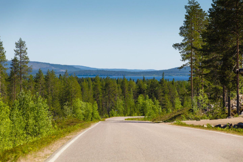 The road overlooks Lake Kemijärvi