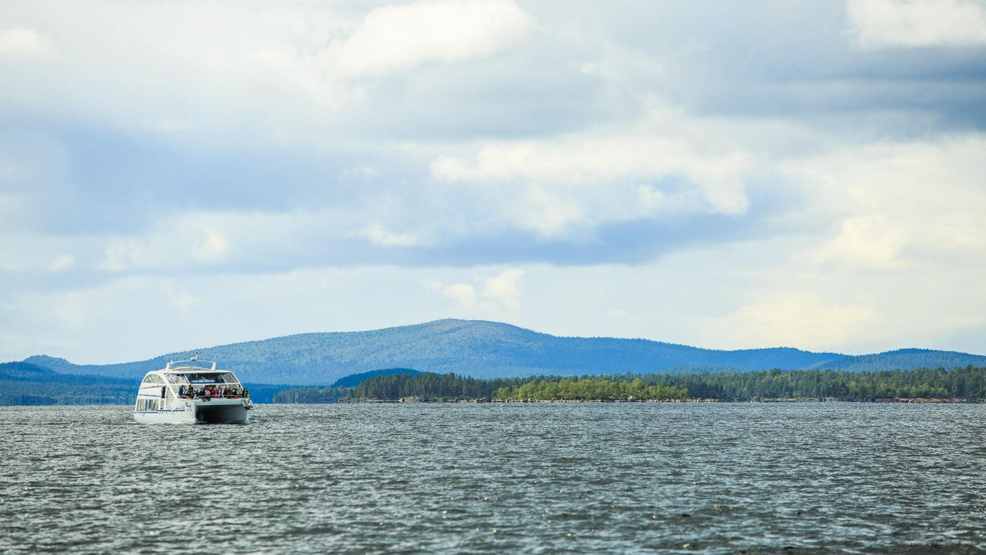 A cruise under the Lapland spring sun