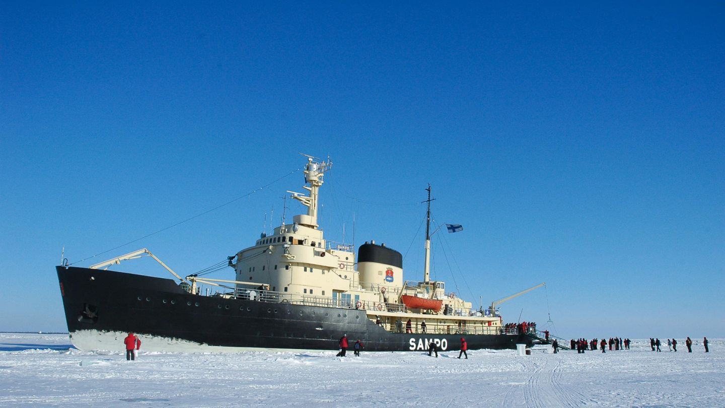 A winter cruise under the Lapland spring sun