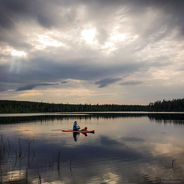 Kati Vesalainen ja Jonne Vaahtera järvellä muutto lappiin