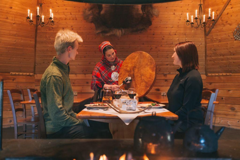 Jaakkolan porotila asiakkaita syömässä yrittäminen lapissa