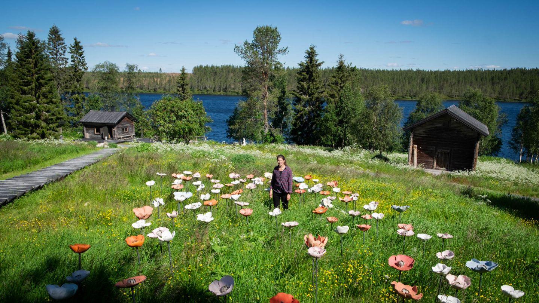 Pentik Kartanon pehtoori Inga Kosunen Anu Pentikin kukkien keskellä
