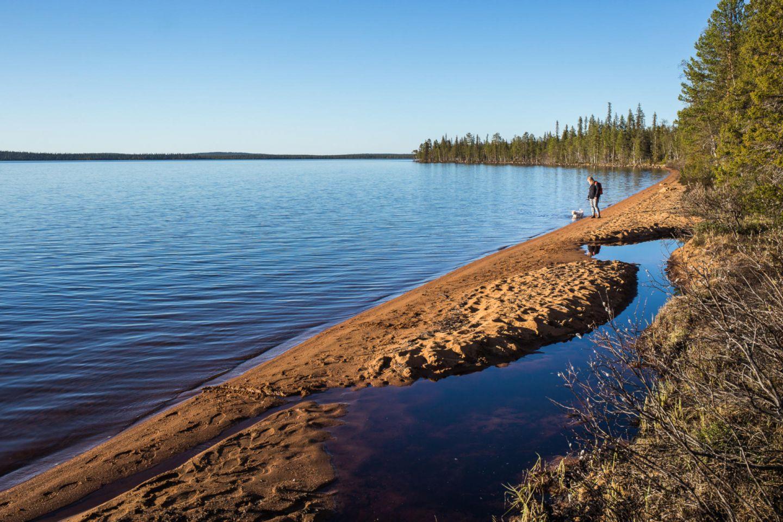 Punainen hiekka Pallasjärven rannalla