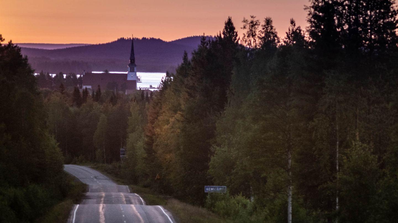 Kemijärven kirkko keskiyön auringossa