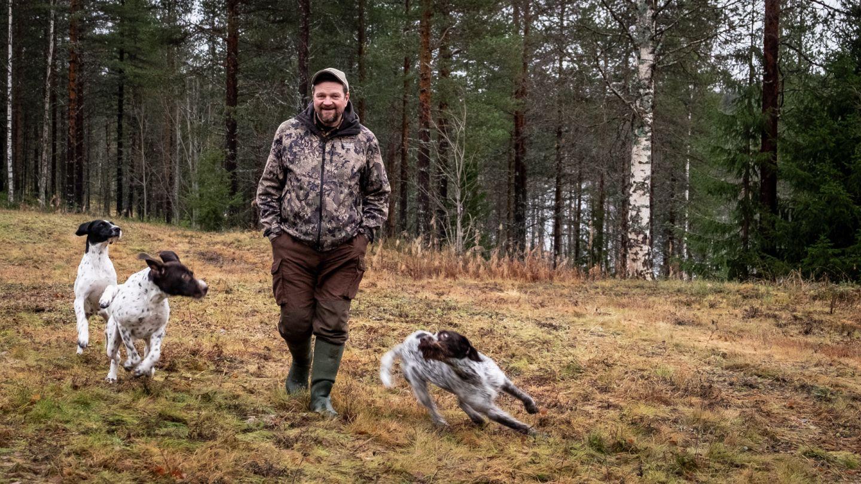 Kari Kilpimaa koiriensa kanssa
