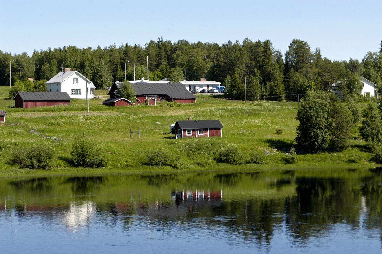 Taloja lappilaisen joen rannan varrella