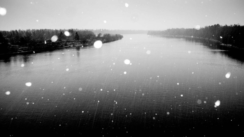 Joki lumisateessa