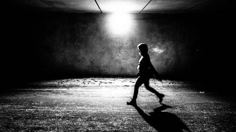 Kävelijä tunnelissa