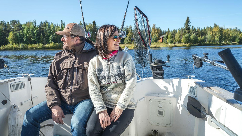 Pariskunta kalassa kesällä Sodankylässä.