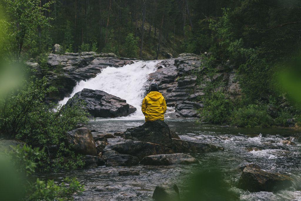 Vesiputous Ravadasköngäs Lemmenjoen kansallispuistossa