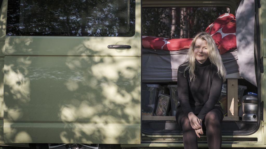 Toimittaja Meri Lantela retkeilyautossaan