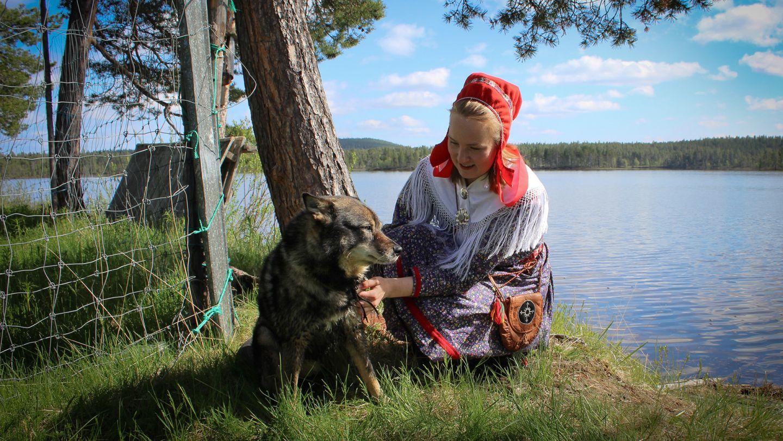 Johanna Alatorvinen ja koira