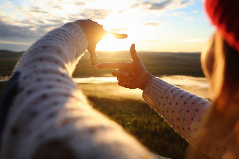 Nainen ja aurinko Lapissa