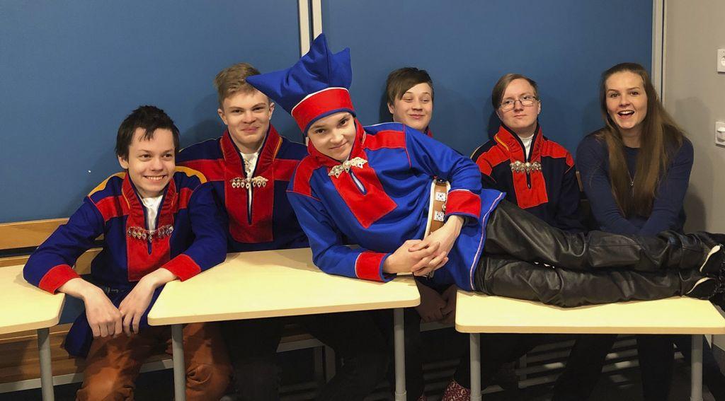 Karigasniemen koulun oppilaita koulukuvauspäivänä gákteissaan
