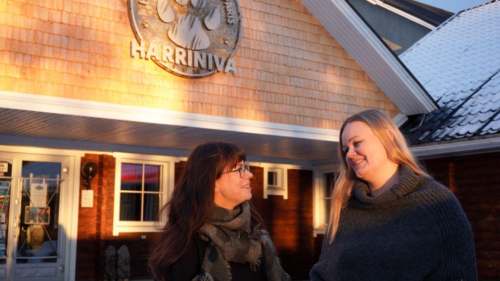 """Harrinivan toimitusjohtaja Niina Pietikäinen (oik.) ja myynti- ja markkinointipäällikkö Hanna-Mari """"Pyry"""" Talvensaari päättivät, että kotimaista yleisöä tavoitellaan vaikuttavalla mainoskampanjalla."""