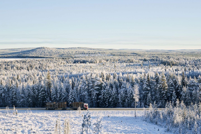 Talvinen maisema, jossa rekka ajaa tiellä Lapissa