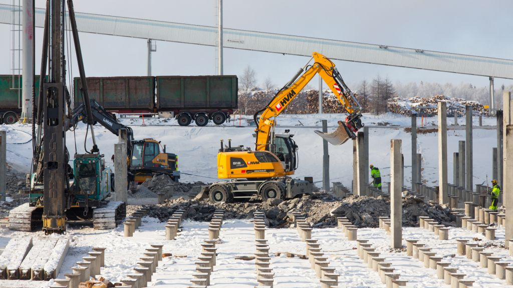 An excavator in the construction site of the Metsä Fibre bioproduct mill on Kemi