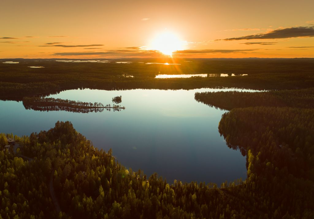 Misnigh Sun above lake location